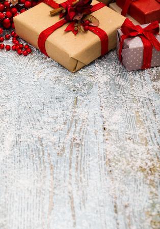 Weihnachtsdekoration über Holzuntergrund Standard-Bild - 46106902