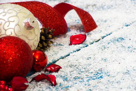 adornos navideños: Decoración de Navidad sobre fondo de madera