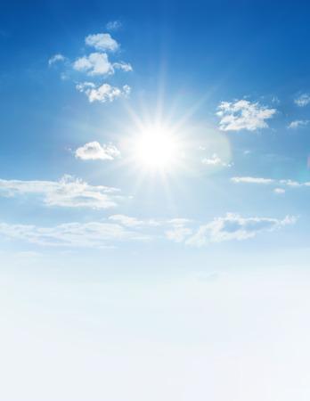 cielo azul: Cielo azul con nubes y sol. Foto de archivo