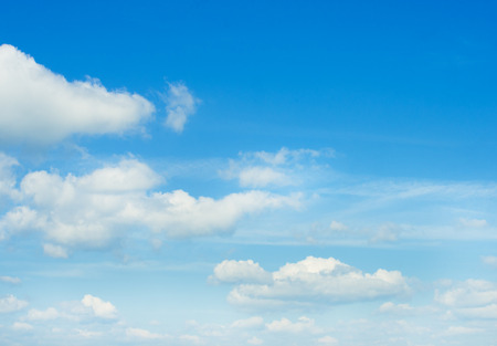 cielo azul: nubes en el cielo azul