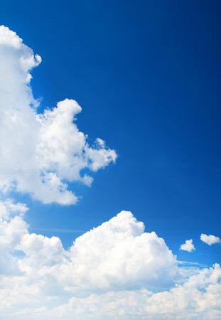 Wolken in den blauen Himmel Standard-Bild - 48228544