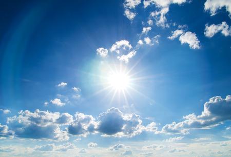 Die Sonne scheint hell in der Tageszeit im Sommer. Blauer Himmel und Wolken. Standard-Bild - 48754761