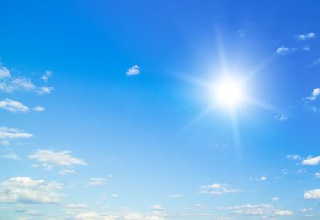Blauer Himmel mit Wolken und Sonne. Standard-Bild - 48894849