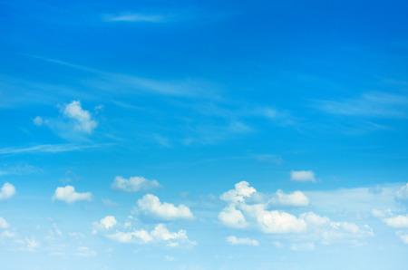 cielo azul: cielo azul de fondo con las nubes