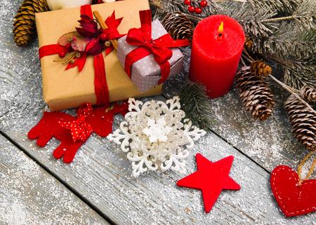 natale: Decorazioni di Natale su sfondo in legno