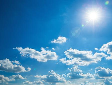 Blauer Himmel mit Wolken und Sonne Standard-Bild - 48882457