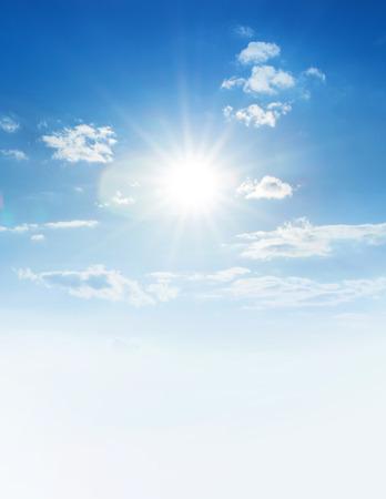 Blauer Himmel mit Wolken und Sonne. Standard-Bild - 49000914