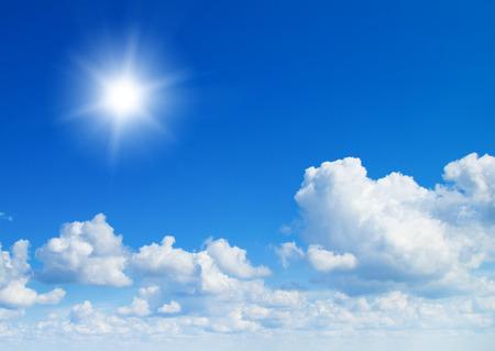 태양은 여름에 낮에 밝은 빛난다. 푸른 하늘과 구름. 스톡 콘텐츠