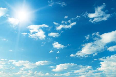 cielo de nubes: Cielo azul con nubes y sol. Foto de archivo