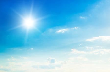 Blauer Himmel mit Wolken und Sonne. Standard-Bild - 50344573