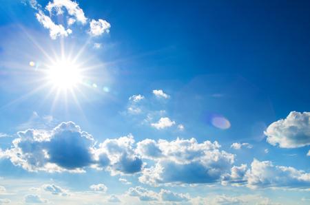 Die Sonne scheint hell in der Tageszeit im Sommer. Blauer Himmel und Wolken. Standard-Bild - 50345706