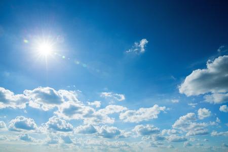 himmel mit wolken: Blauer Himmel mit Wolken und Sonne Lizenzfreie Bilder