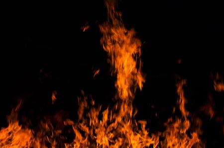 resplandor: Llamas de fuego sobre un fondo negro Foto de archivo