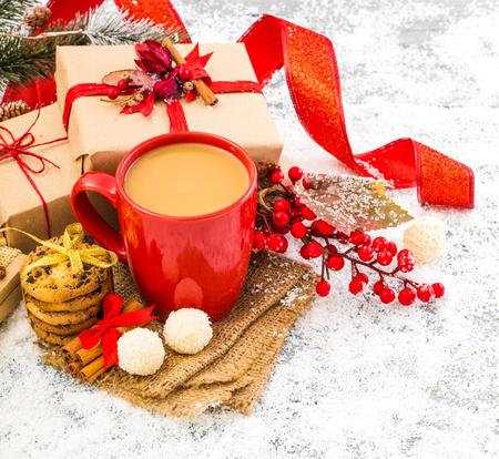 Winter decoration. Composition on wood background. 版權商用圖片 - 69894060