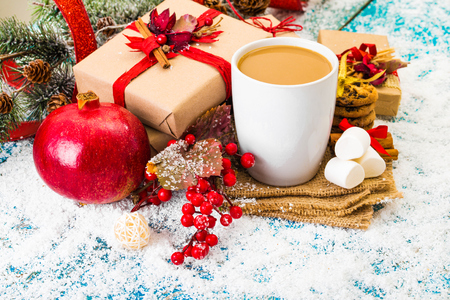 Christmas holiday background with coffee cup 版權商用圖片 - 68372336