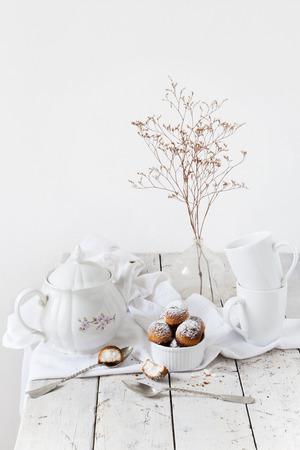 fiori secchi: tempo t� con dolci di cocco e fiori secchi su legno totale tavolo bianco