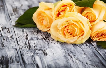 Belles roses sur fond sombre bois Banque d'images - 36214055