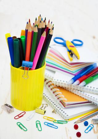 utiles escolares: Suministros de oficina de escuela en la mesa