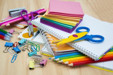 material escolar: Fuentes de escuela en la mesa
