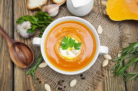 zanahoria: Calabaza puré de sopa con especias en una mesa de madera