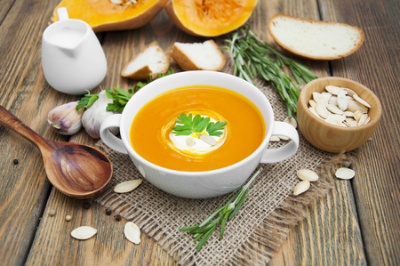 Pumpkin soup puree with spices on a wooden table 스톡 콘텐츠