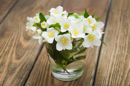 mazzo di fiori: Jasmine bouquet in un vaso su uno sfondo di legno