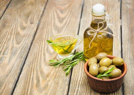 aceite de oliva: Aceitunas y Aceite de Oliva en mesa de madera