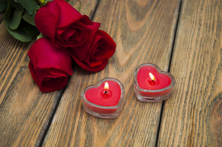 bougie coeur: Valentine red heart candle with roses on a wooden background