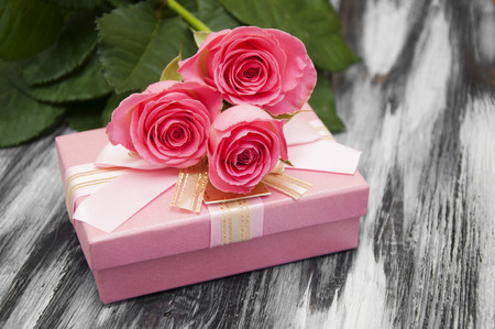 bunch of hearts: Beautiful pink roses with gift box on a wooden background