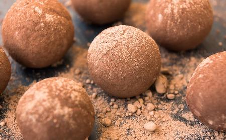 Fresh homemade truffles with chocolate, cream and cocoa Standard-Bild