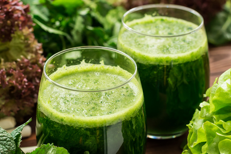 Smoothie from homegrown arugula, lollo rossa, spinach, lettuce and mint Standard-Bild