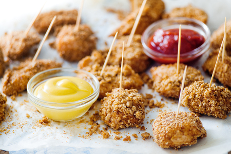 Crunchy nuggets on skewers with two sauces Standard-Bild