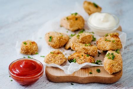 Delicious nuggets served on the board with two sauces Standard-Bild