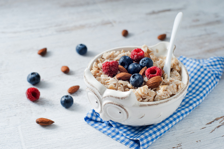 Mouthwatering fresh berries with cereal Standard-Bild