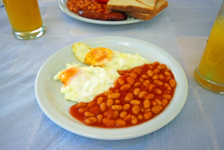 bacon baked beans: Full Angielski cooked breakfast with bacon, sausage, fried egg and baked beans.