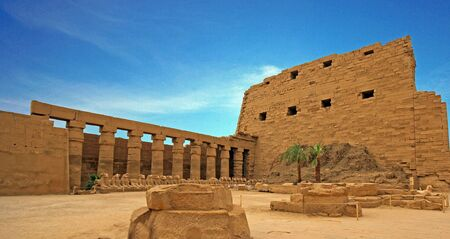 Ruines antiques du temple de Karnak à Louxor. Egypte Banque d'images