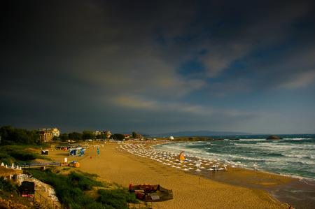 Een grote badplaats in Lozenets in Bulgarije voor de storm.