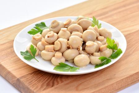 Funghi salati su un piatto. Piatto del ristorante. Archivio Fotografico