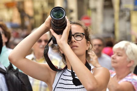 France Paris May 2, 2018. A girlfriend takes pictures of the streets of Paris. 報道画像