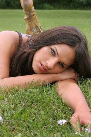 Casual bruna con gli occhi blu e il verde parco