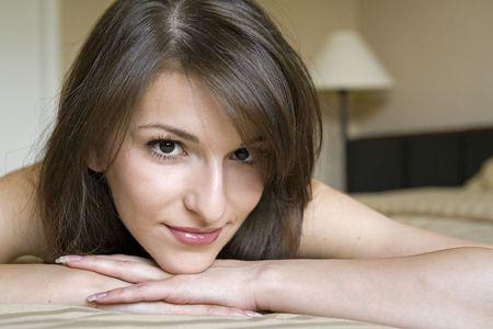ragazza bella con un sorriso morbido