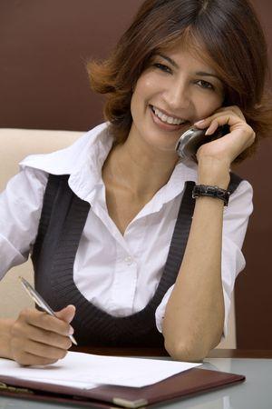 Donna d'affari parlare al telefono  Archivio Fotografico