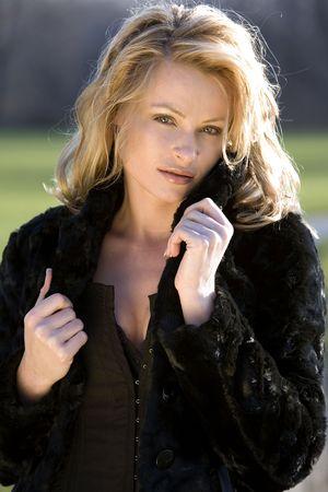 Sexy blonde portant manteau d'hiver au milieu du parc  Banque d'images - 652439