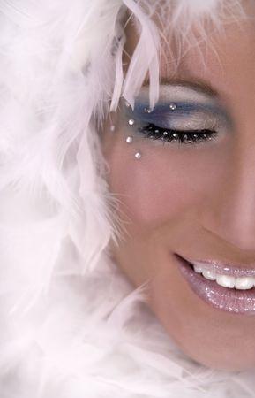 Boa blanc de port de modèle blond renversant et maquillage foncé Banque d'images - 718041