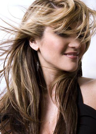 Sano bello capelli lunghi in movimento creato dal vento, la moda guarda