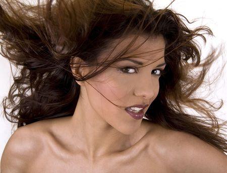 capelli lunghi bei sani nel movimento generato da vento, sguardo di modo
