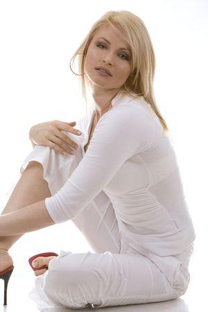 Piuttosto russo donna indossa vestito bianco su sfondo bianco
