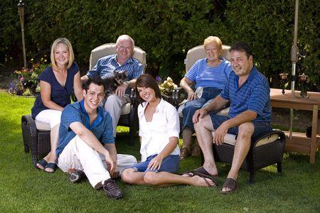 famiglia di sette a tre generazioni in estate  Archivio Fotografico