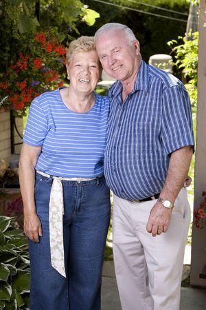 Heureux grands-parents peu chihuahua tenue à l'été