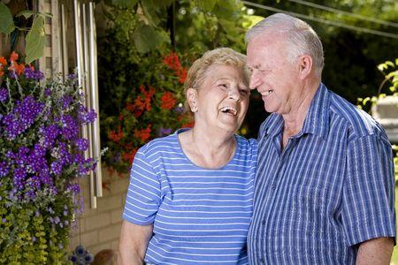 parents grands heureux en été regardant l'un l'autre Banque d'images